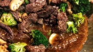 a wok full of beef and broccoli