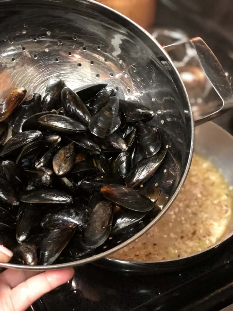 Add mussels to pan