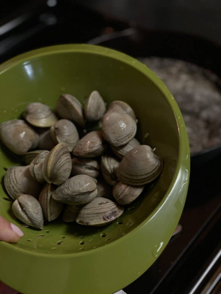 a bowl of littleneck clams
